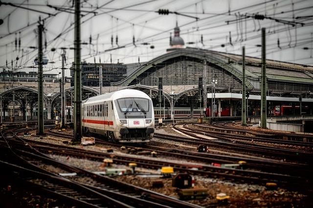 レトロな雰囲気の線路と電車