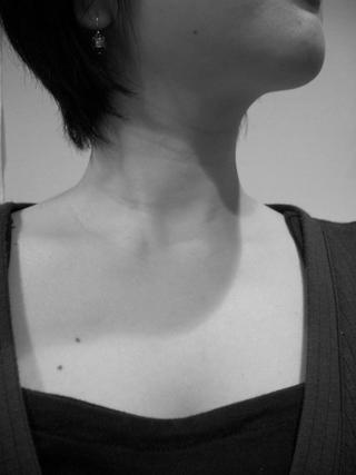 顔や胸元にほくろのある女性