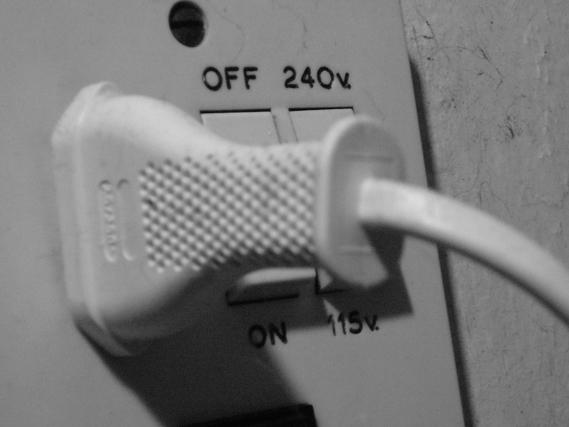 コンセントプラグと電圧