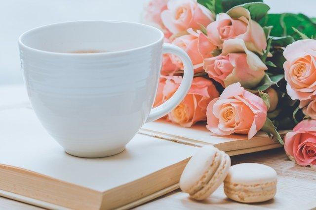 コーヒーカップと花とお菓子