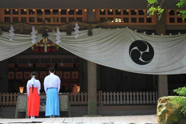 神社の巫女と宮司