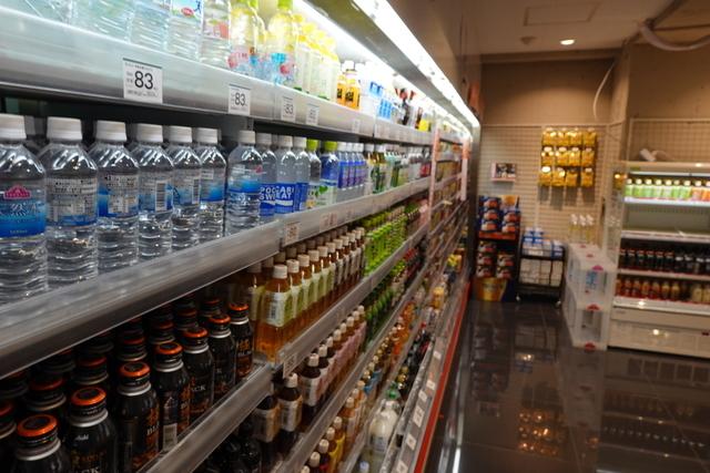 スーパーマーケットの店内