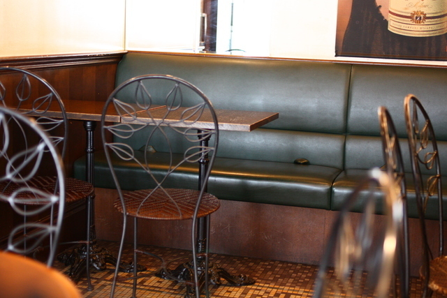 落ち着いたカフェの店内