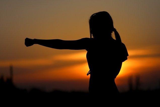 拳を握る女性の影