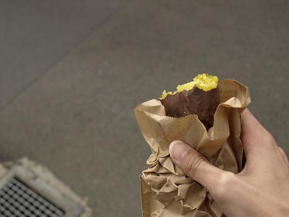 紙袋に入った焼き芋