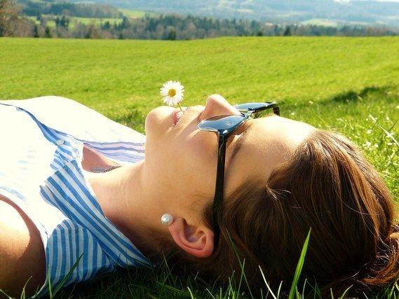 サングラスをかけて寝転ぶ女性