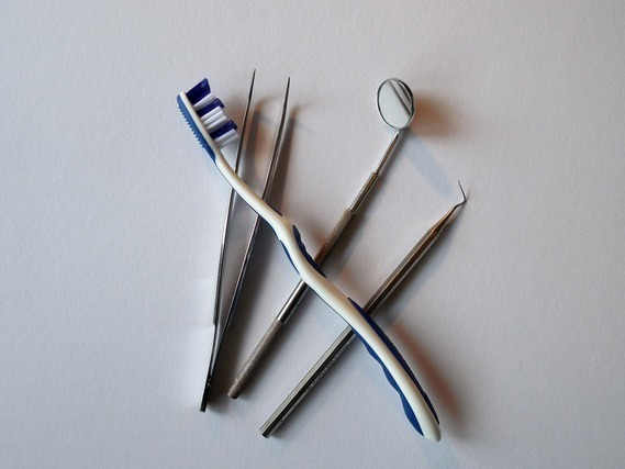 歯ブラシと歯医者の道具