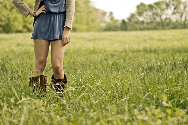 草原の中のスカートの女性