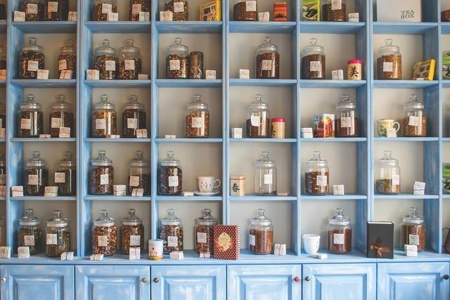 棚にいっぱい並んだ瓶