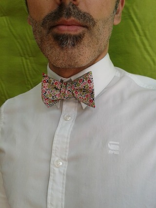 蝶ネクタイをつけたワイシャツ