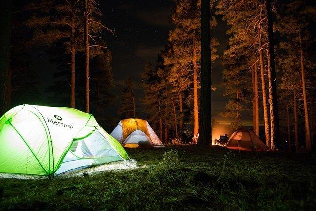 夜中のキャンプ場の様子