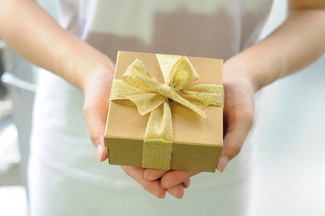 ゴールドのプレゼントボックス