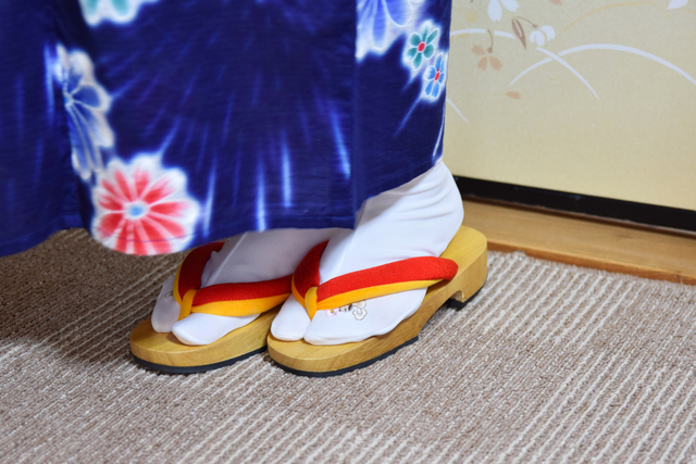 浴衣に足袋を履く女性