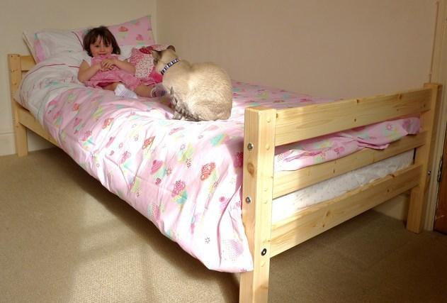 暖かそうなベッドに横になる女性