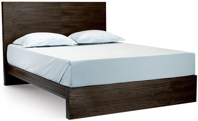 シンプルな仕様のダブルベッド