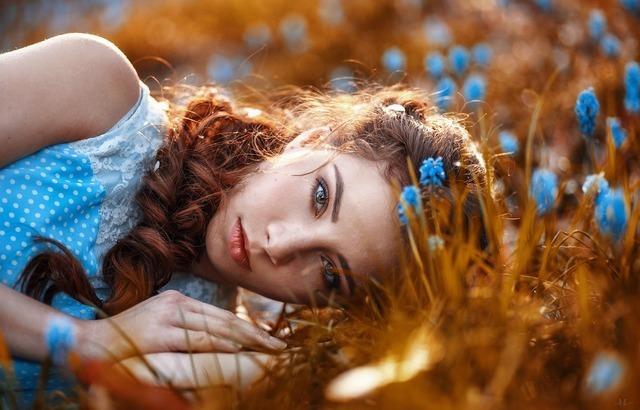 花畑によこたわる女性画像