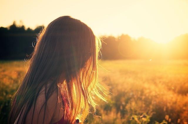 夕日の中の女の子