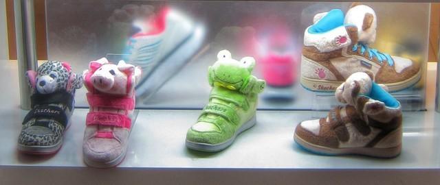 さまざまな種類やサイズの子供靴画像