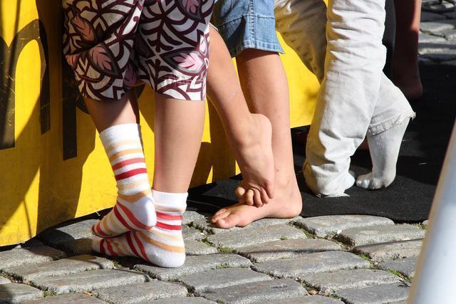 靴を脱いで立つ3人の子供の足元画像