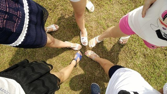 円になった5人の女性の足元画像