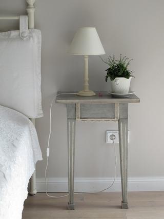 ベッドとサイドテーブル