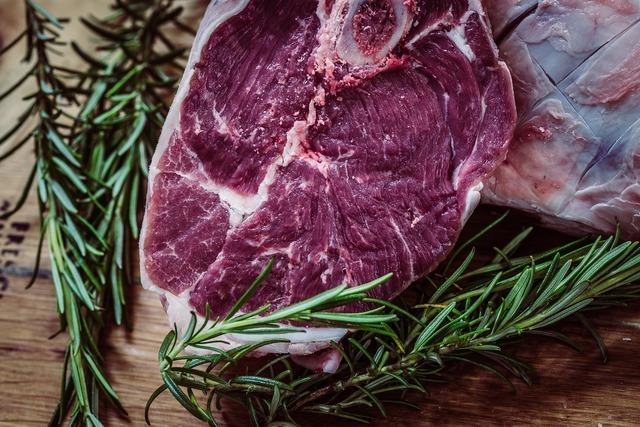 板の上に置かれたステーキ用の生肉