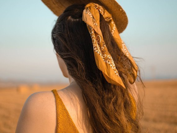 リボンで髪を結ぶ女性