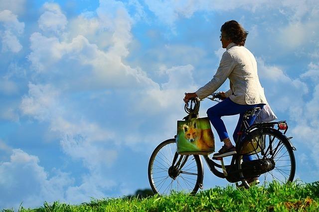 自転車をこぐ女性