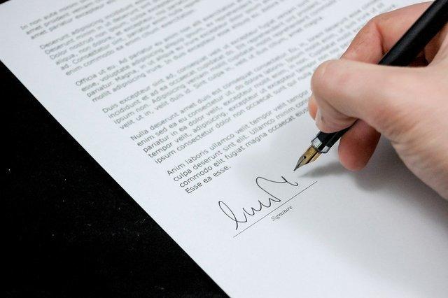 書類にサインをする人