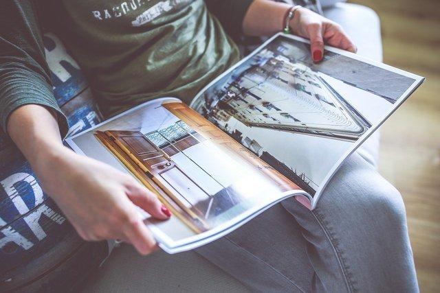 カタログを読む人