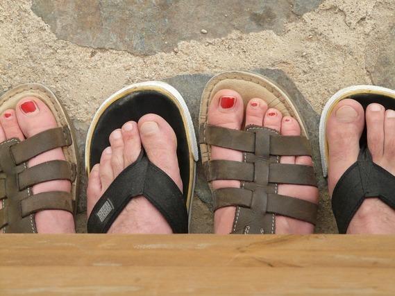 サンダルを履く男性と女性の足