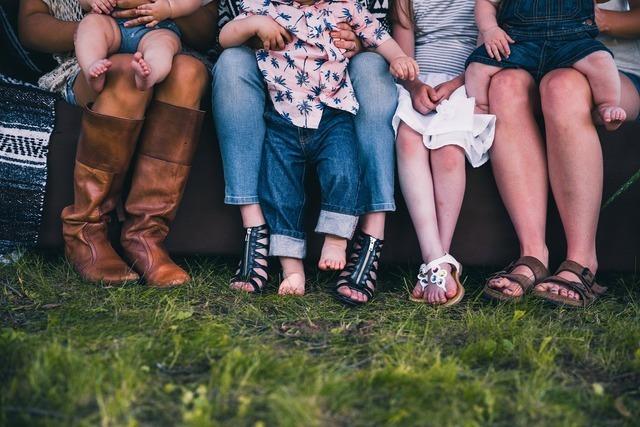 形やタイプが異なる靴を履いている人たち