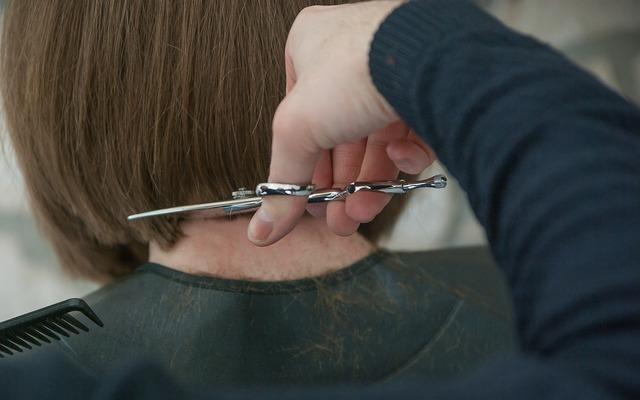 髪の毛を切っている女性