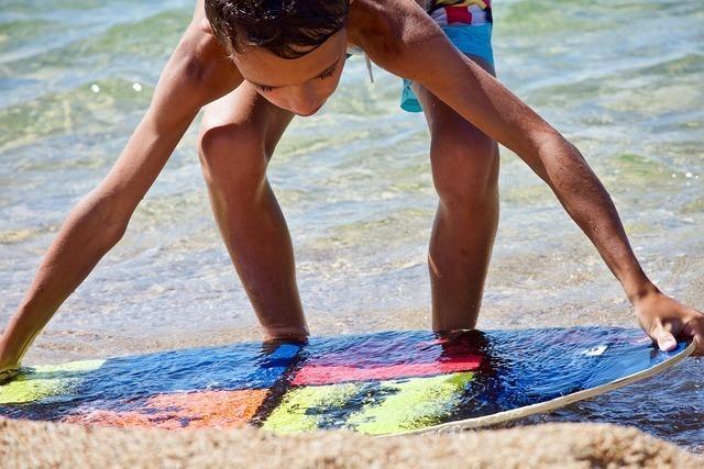 サーフボードを持つ女性