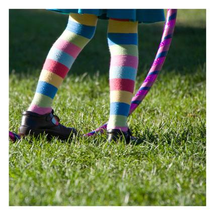 カラフルなフラフープとカラフルな靴下