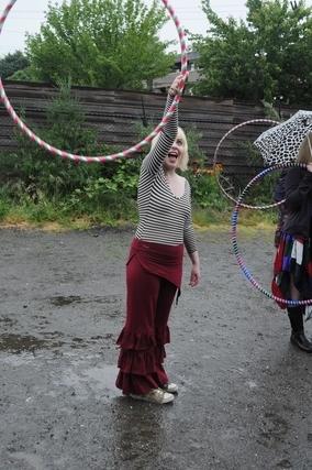 フラフープを掲げる女性