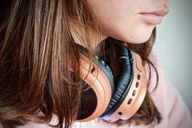 DIY防音室とヘッドフォンをかける女性