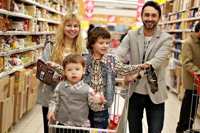 買い物に来る家族