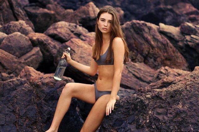 岩場に座る女性