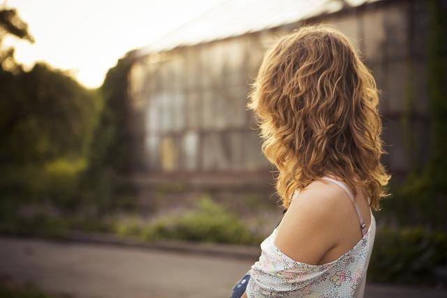 髪のパサついた女性の後ろ姿