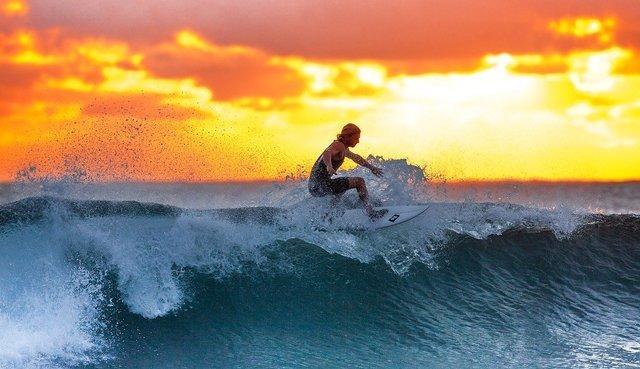 夕方にサーフィンをする人