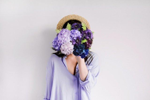 紫陽花を持つ女性