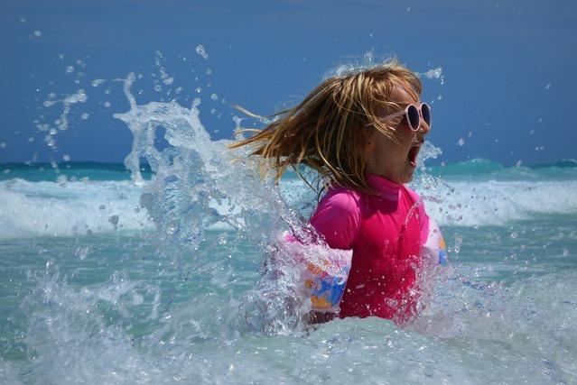 ラッシュガードで泳ぐ女性