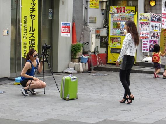 カメラマンの女性とモデルの女性