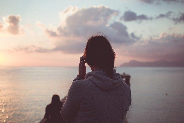 朝陽を見ている女性
