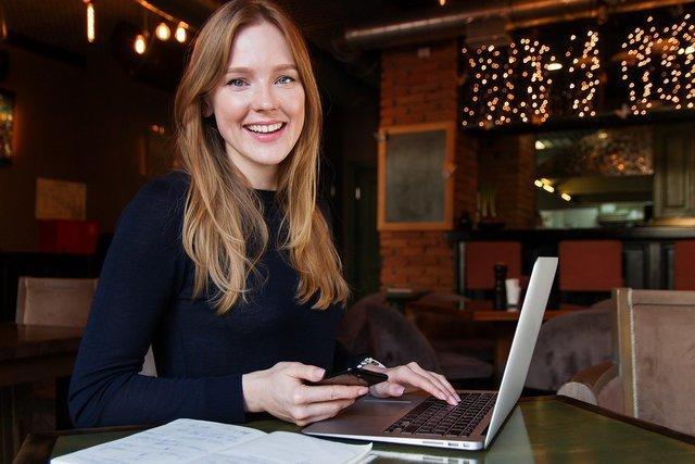 パソコン業務中の女性