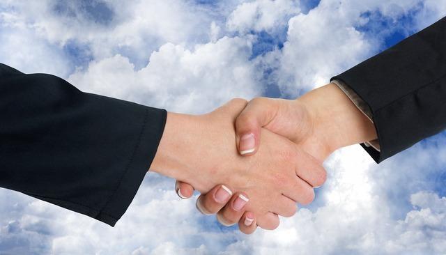 握手する手元
