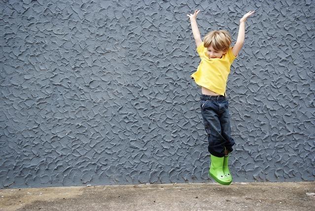 長靴を履いて飛んでいる少年