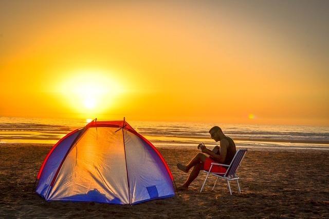 海辺でキャンプをする人