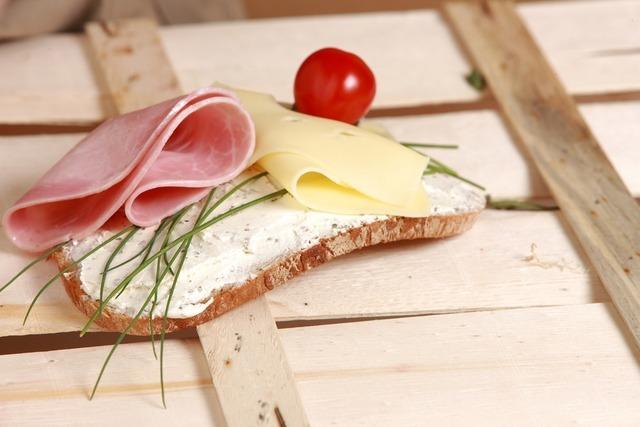 チーズとハムの乗ったパン